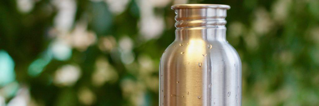 Nerezová zerowaste flaška s detailem na kapky vody