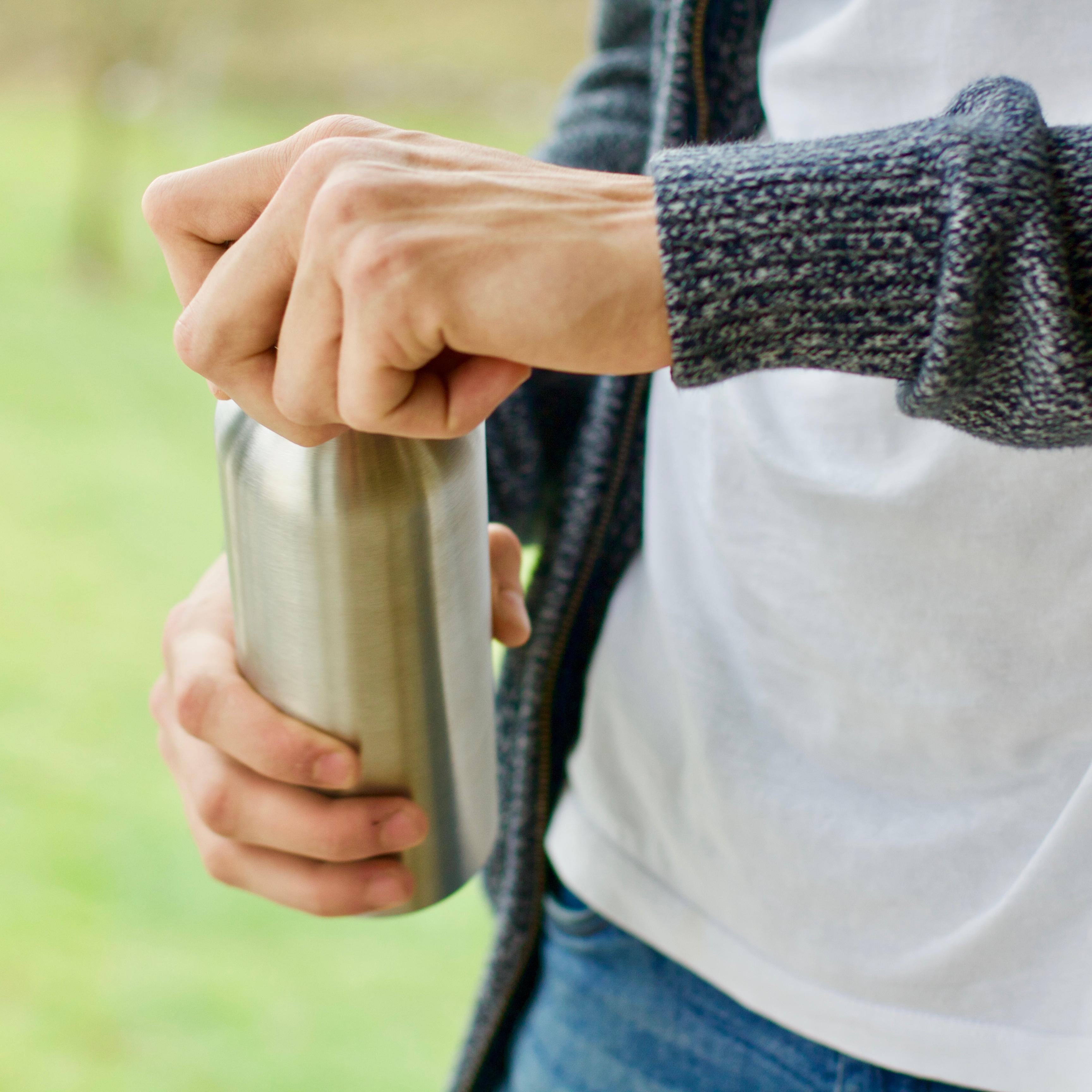 Otevírání nerezové flašky