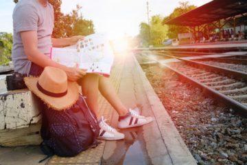 cestování vlakem: čekání na nástupišti