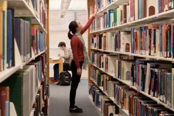 zero waste na univerzitě: studentka v knihovně